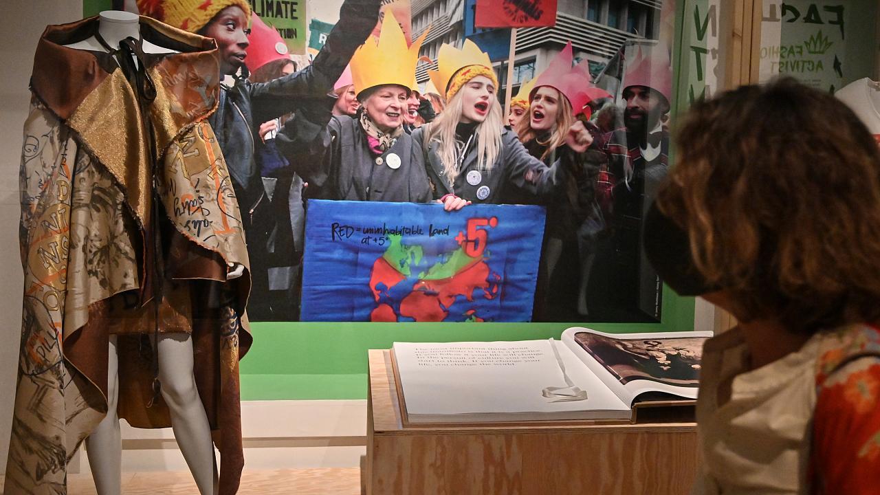Moda subversiva: prima expozitie din Franta dedicata lui Vivienne Westwood se deschide la Lyon